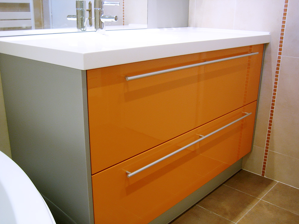 Salle de bain orange et marron for Colonne de salle de bain orange